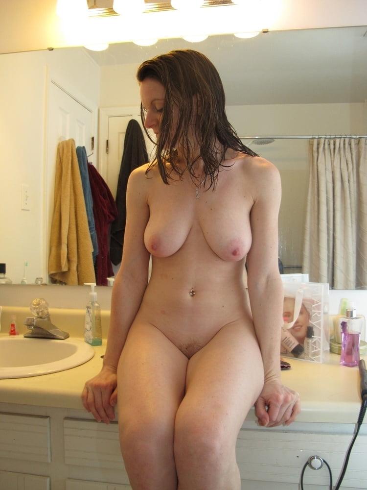 Assise toute nue dans la salle de bain