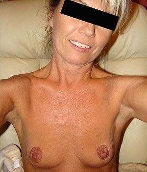 J'exhibe mes seins devant ma webcam