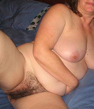 Cougar poitevine montre sa très grosse poitrine naturelle