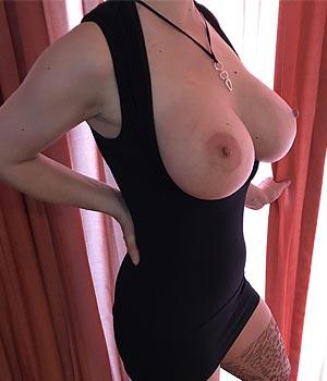 J'exhibe mes gros seins en robe moulante