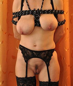 Femme soumise en lingerie hard