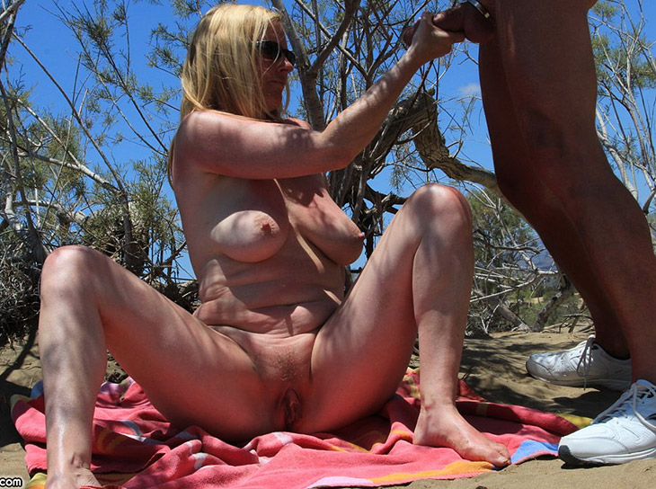 Sexe à la plage : masturbation