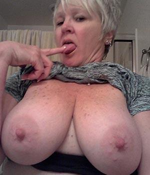 Vieille femme à l'énorme poitrine naturelle