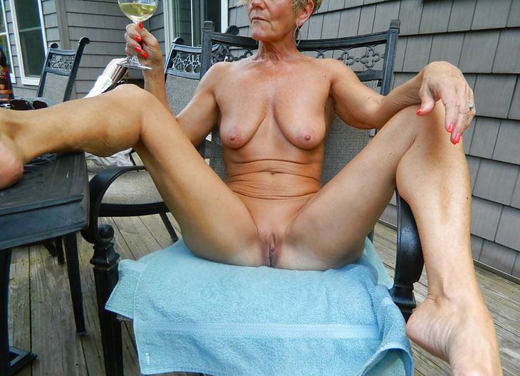 Jambes écartées et champagne
